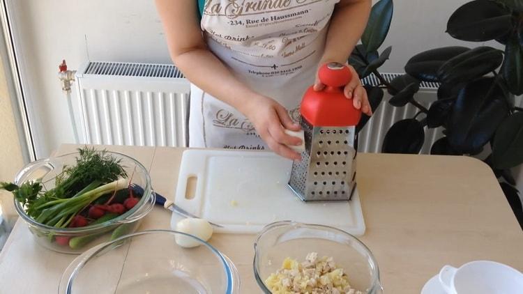 Для приготовления окрошки натрите яйца
