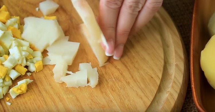 Кубиком нарезаем также отварной картофель.