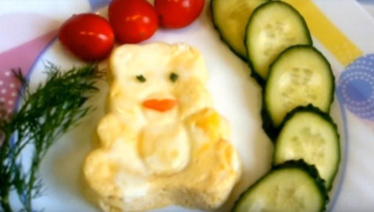 Омлет, приготовленный в пароварке, можно подавать с овощами.