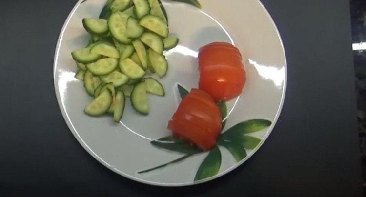 Нарезаем полукольцами свежий огурец и помидор.