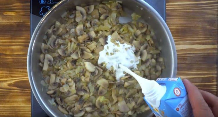 Добавляем на сковороду растительные сливки.