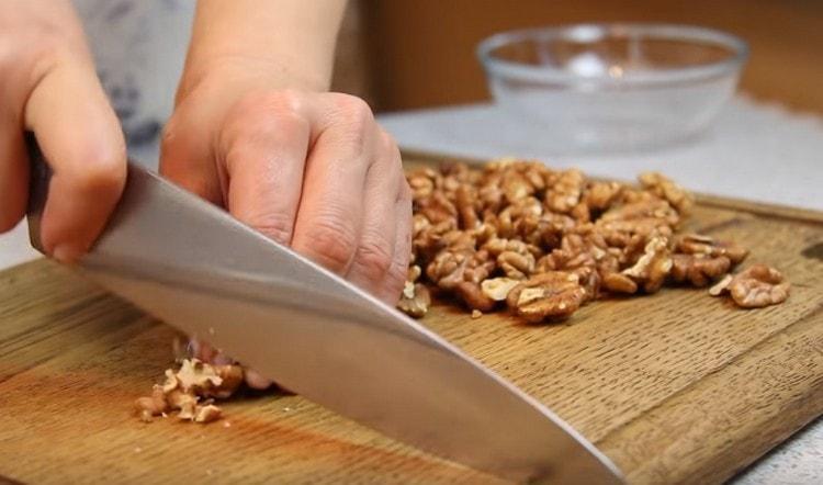 Мелко режем грецкие орехи.