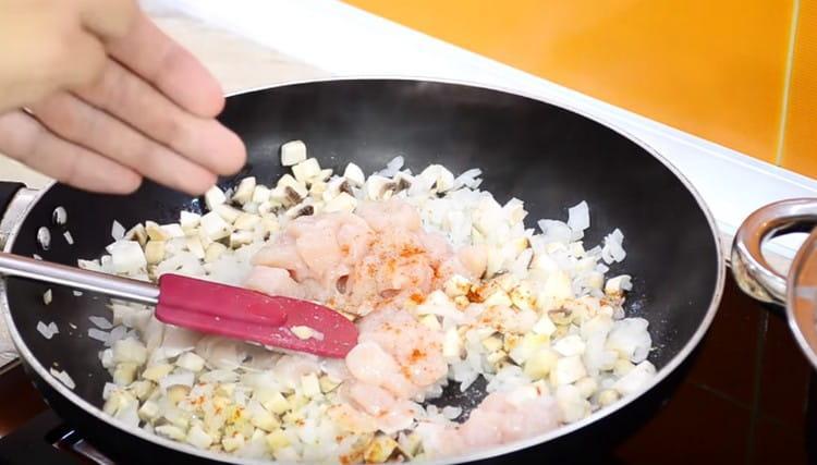 Добавляем кусочки куриного филе, солим, приправляем паприкой.