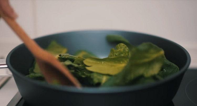 Пассеруем на оливковом масле шпинат.