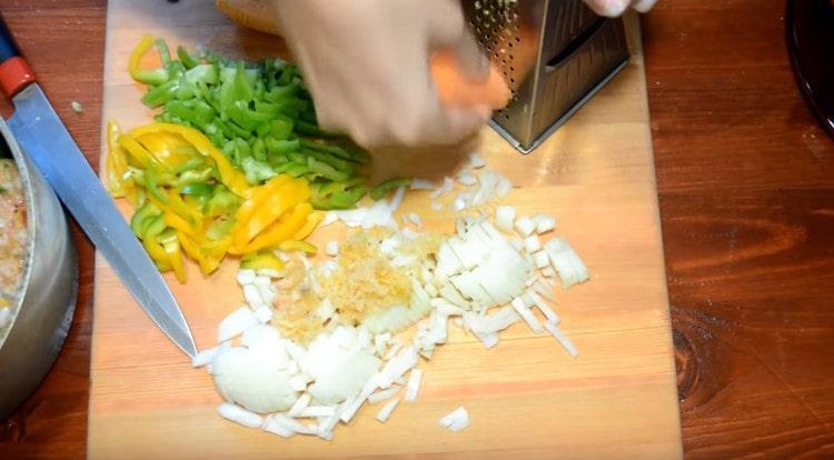 Измельчаем овощи для соуса: лук, морковь, перец, чеснок.