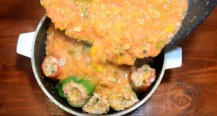 Заливаем перцы приготовленным овощным соусом.