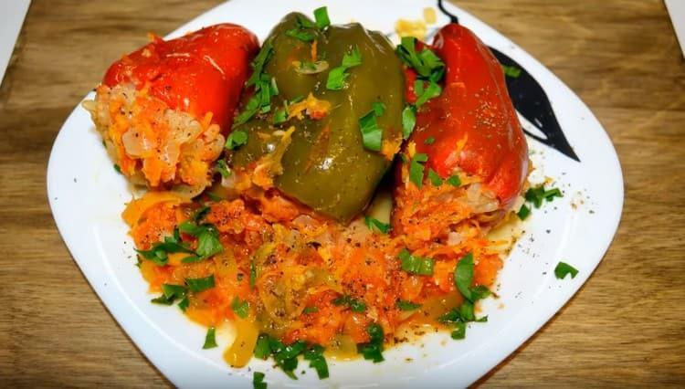Такие перцы, фаршированные мясом, получаются очень вкусными и сочными.