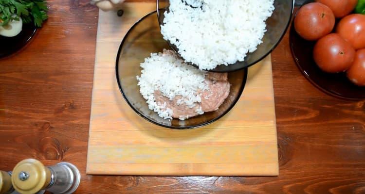 смешиваем фарш с рисом.