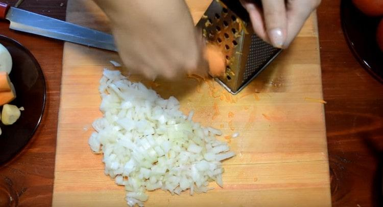 Мелко режем лук, трем морковь на терке.