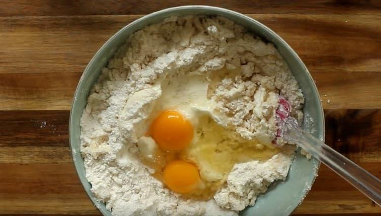 Перемешав ингредиенты, добавляем сметану и яйца.