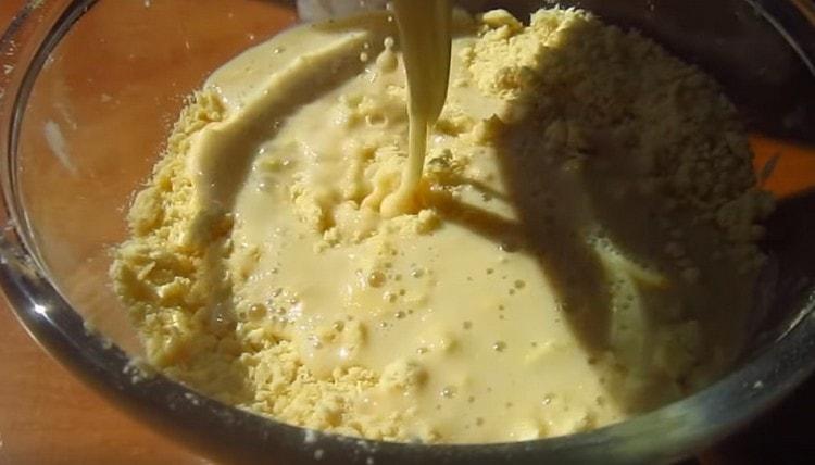 Переливаем жидкие ингредиенты в масляно-мучную крошку.