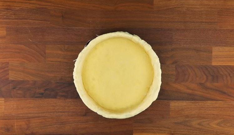 Из полученного пласта формируем основу пирога с бортиками.
