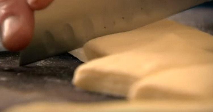Тесто раскатываем в толстый слой и нарезаем на прямоугольники.