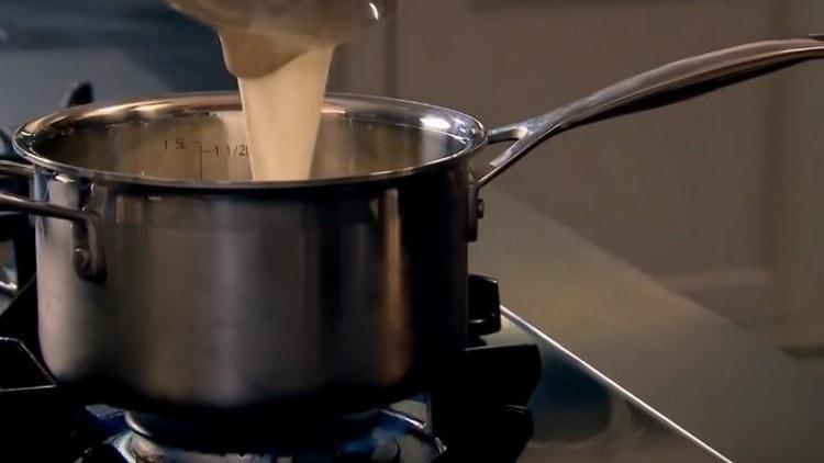 Подогреваем молоко с сахаром.