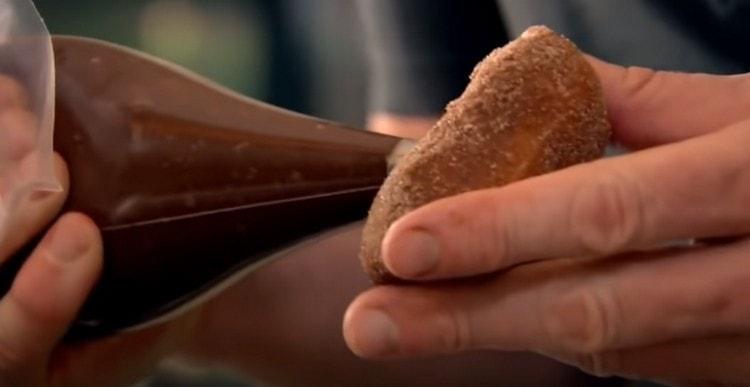 Начиняем пончики.