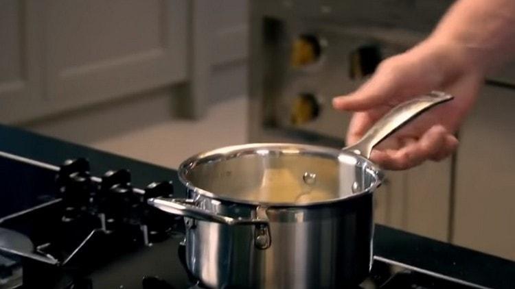 В оставшееся молоко добавляем сливочное масло.
