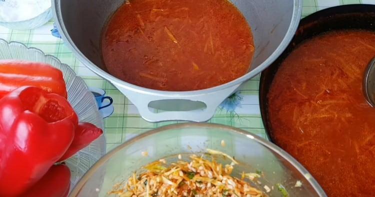 В глубокий казан наливаем часть томатной заправки.
