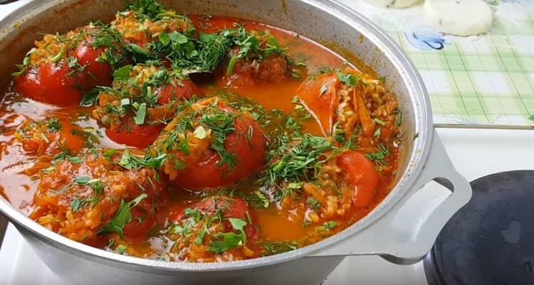 В почти готовое блюдо добавляем измельченную зелень.