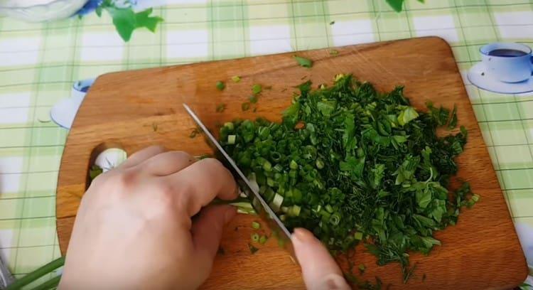 Измельчаем чеснок и зелень.