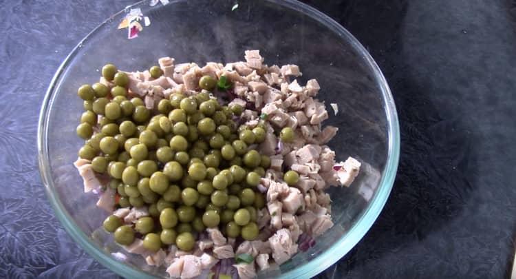 Добавляем в салат зеленый горошек.
