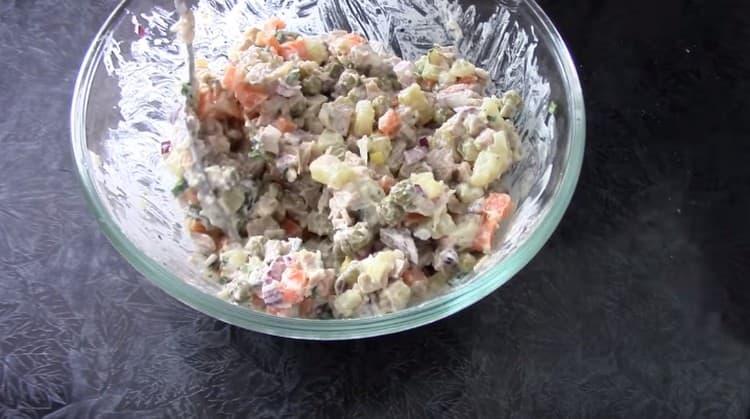 Хорошо перемешиваем салат с майонезом.