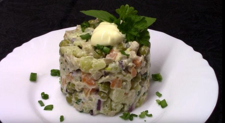 При помощи кондитерского кольца постный салат с кальмарами можно подать очень красиво.