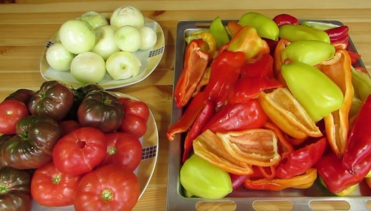 Очищаем лук, перец, помидоры.