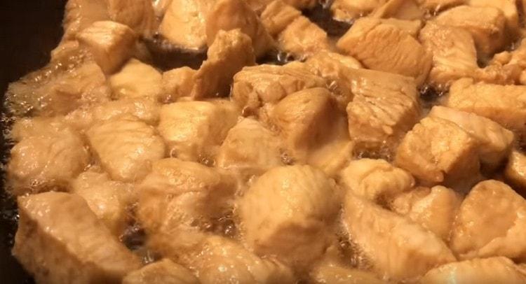 Теперь отдельно обжариваем куриное филе.