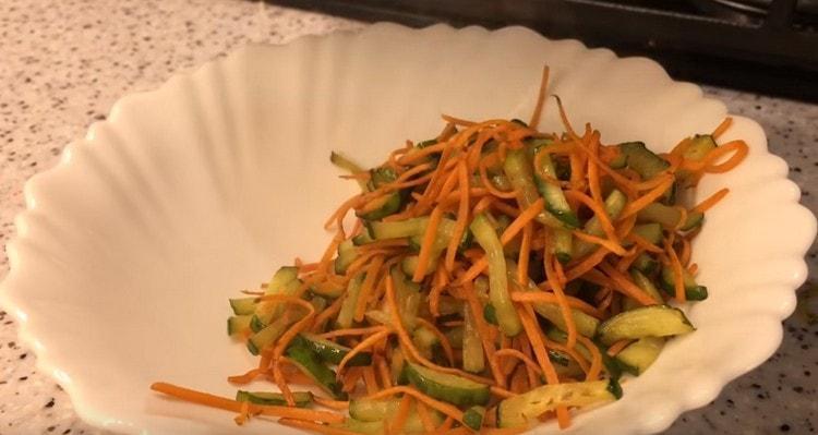 Морковь с огурцом тоже перекладываем на тарелочку.
