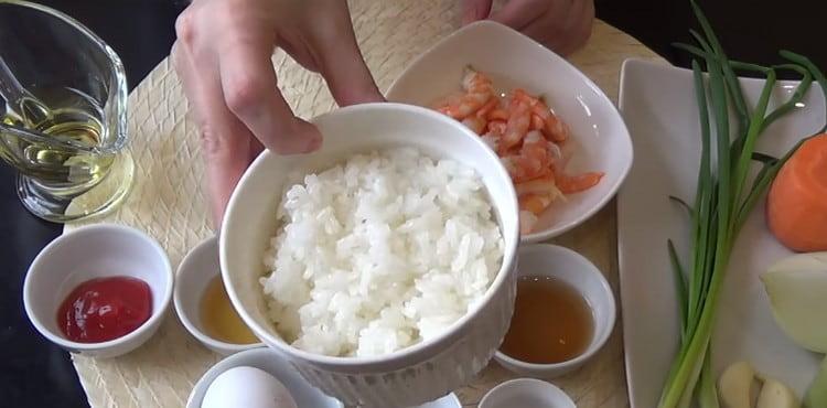 Для начала отвариваем рис.