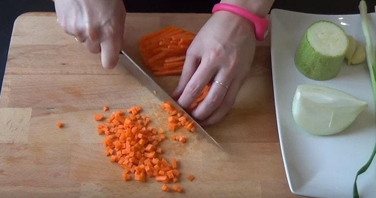 Лук и морковь нарезаем мелким кубиком.