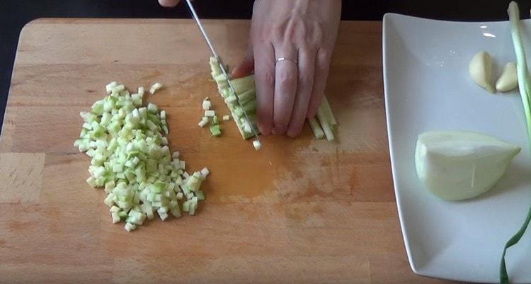 таким же мелким кубиком нарезаем кабачок.