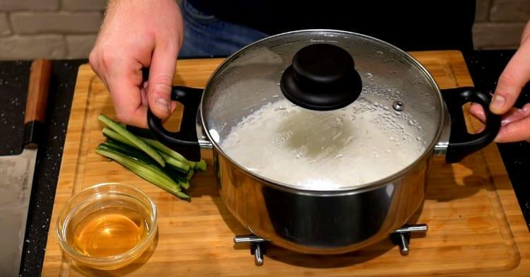 Рис снимаем с плиты и даем ему постоять, не открываем крышку