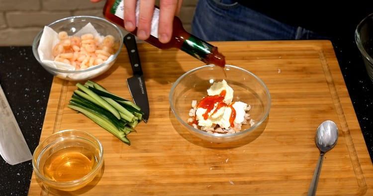 К нарезанным креветам добавляем сыр Филадельфия, острый соус, икру мойвы.