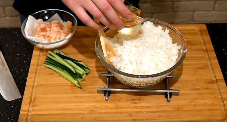 Рис заправляем рисовым уксусом.