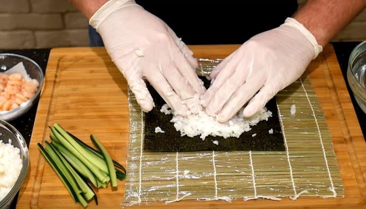 Распределяем ровным слоем по нори рис.
