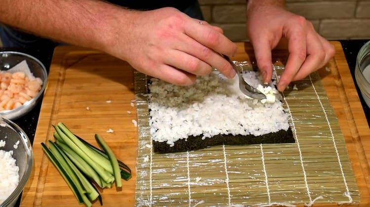 Выкладываем полоску сливочного сыра.
