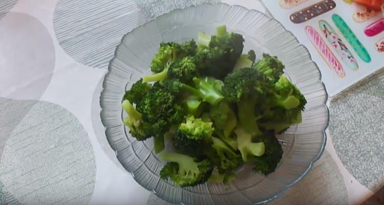 Брокколи выкладываем в салатник, даем ей полностью остыть.