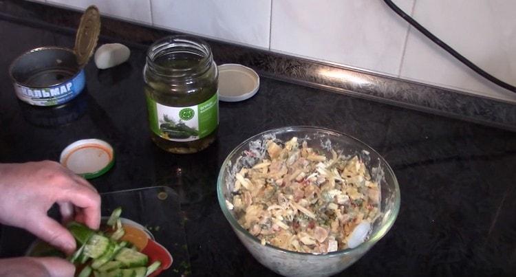 Нарезаем мелко свежий огурец и добавляем в салат.
