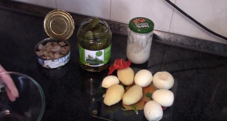 Картофель и яйца варим до готовности и очищаем.