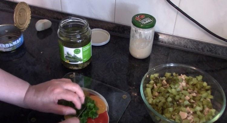 Измельчаем зелень и добавляем в салат.