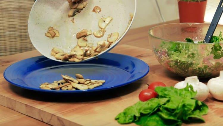 Перекладываем грибы на сервировочное блюдо.
