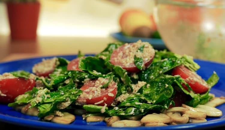 Салат со шпинатом и помидорами готов.