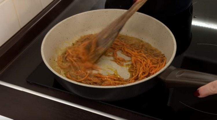 Выкладываем в масло со специями морковь по-корейски.