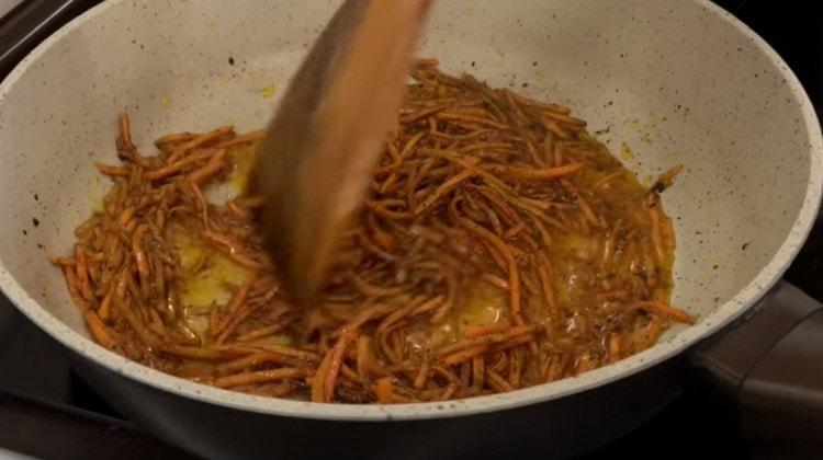 несколько минут прогреваем морковь на огне, а потом даем ей остыть.