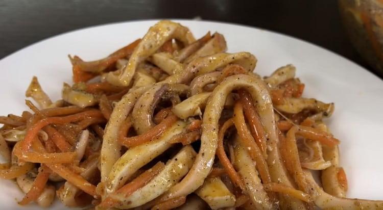 Такой салат с кальмарами и корейской морковкой будет уместным и на праздничном, и на будничном столе.