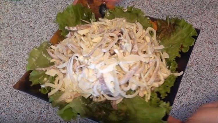 Наш простой и вкусный салат с кальмарами готов.