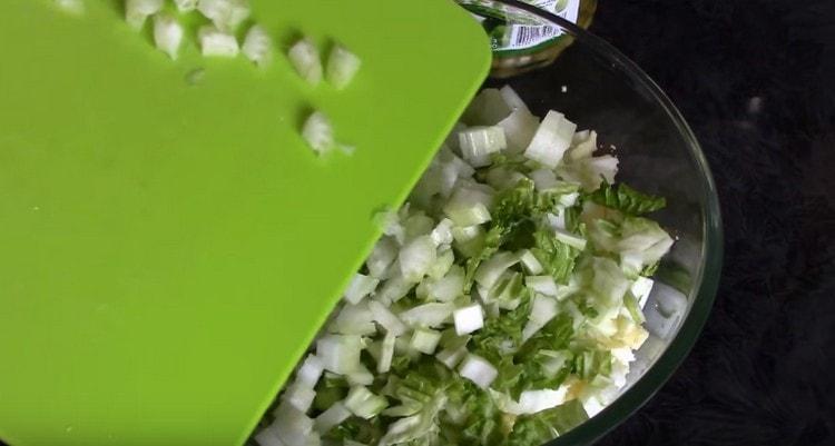 Нарезаем пекинскую капусту, сельдерей, зеленый лук.