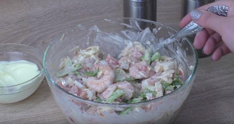 Простой и аппетитный салат с креветками готов.