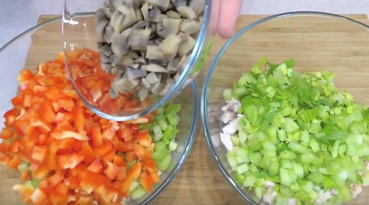 В одну миску добавляем грибы и болгарский перец.